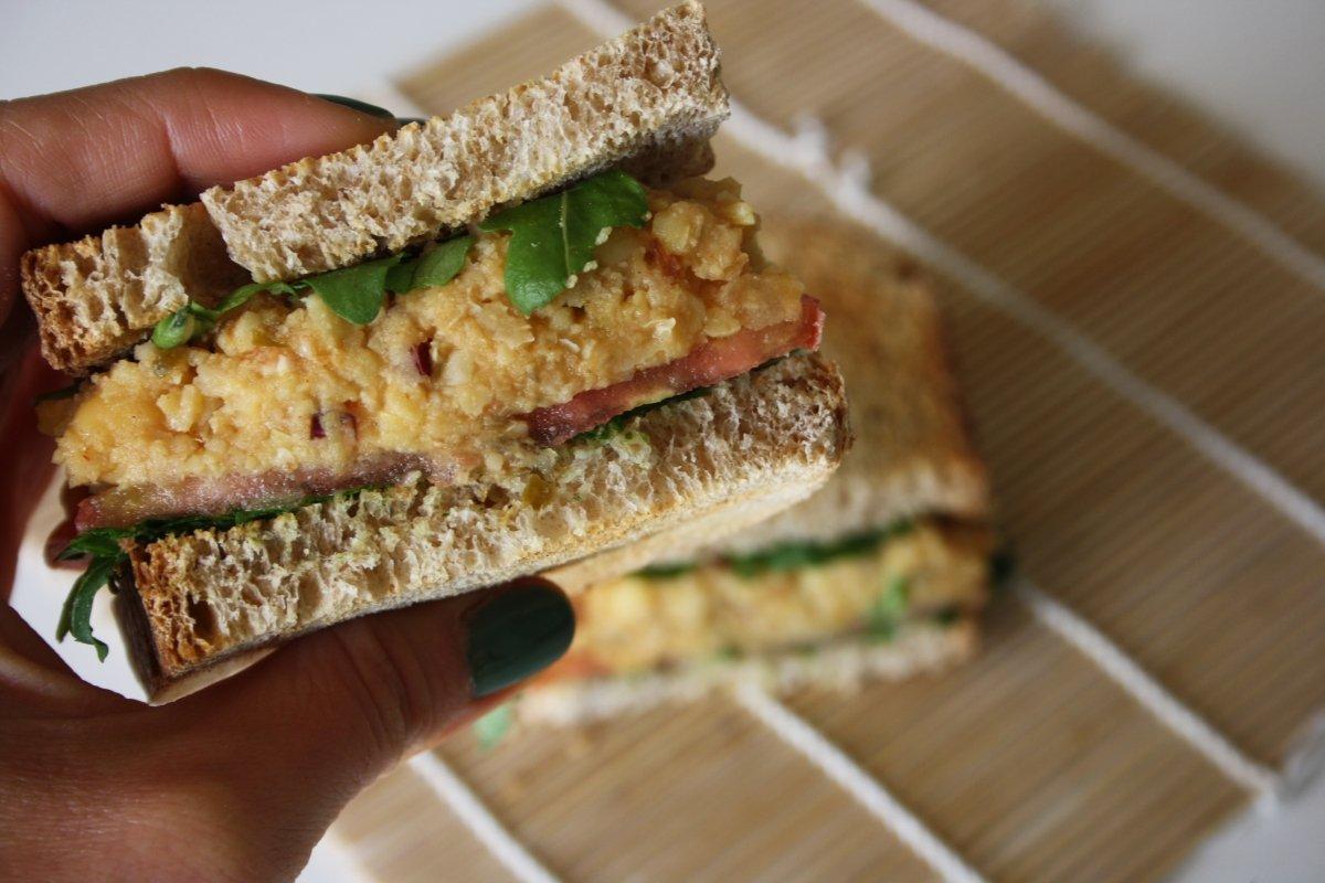 Corte del sándwich vegetal con garbanzos