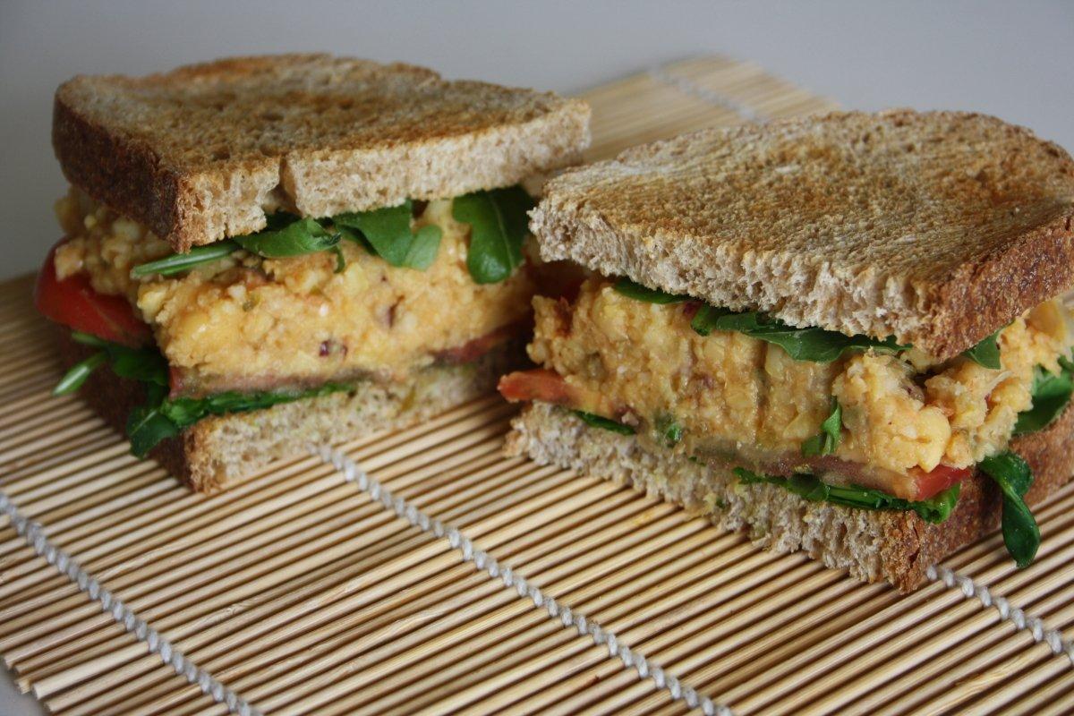 Sándwich vegetal con picadillo de garbanzos