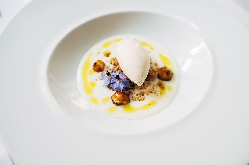 Crema de queso de cabra Veigadarte, avellanas y aove con flor de borraja de Delirios