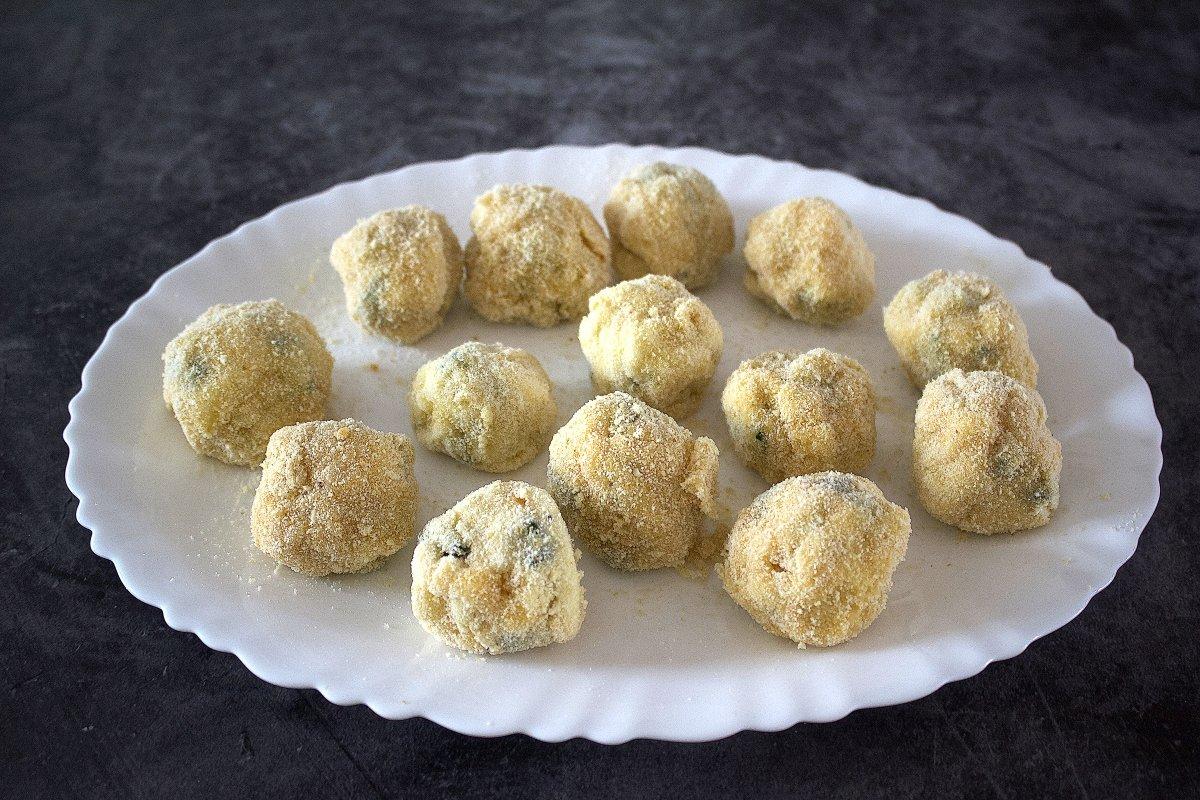 Croquetas de calabacín rebozadas y puestas en un plato