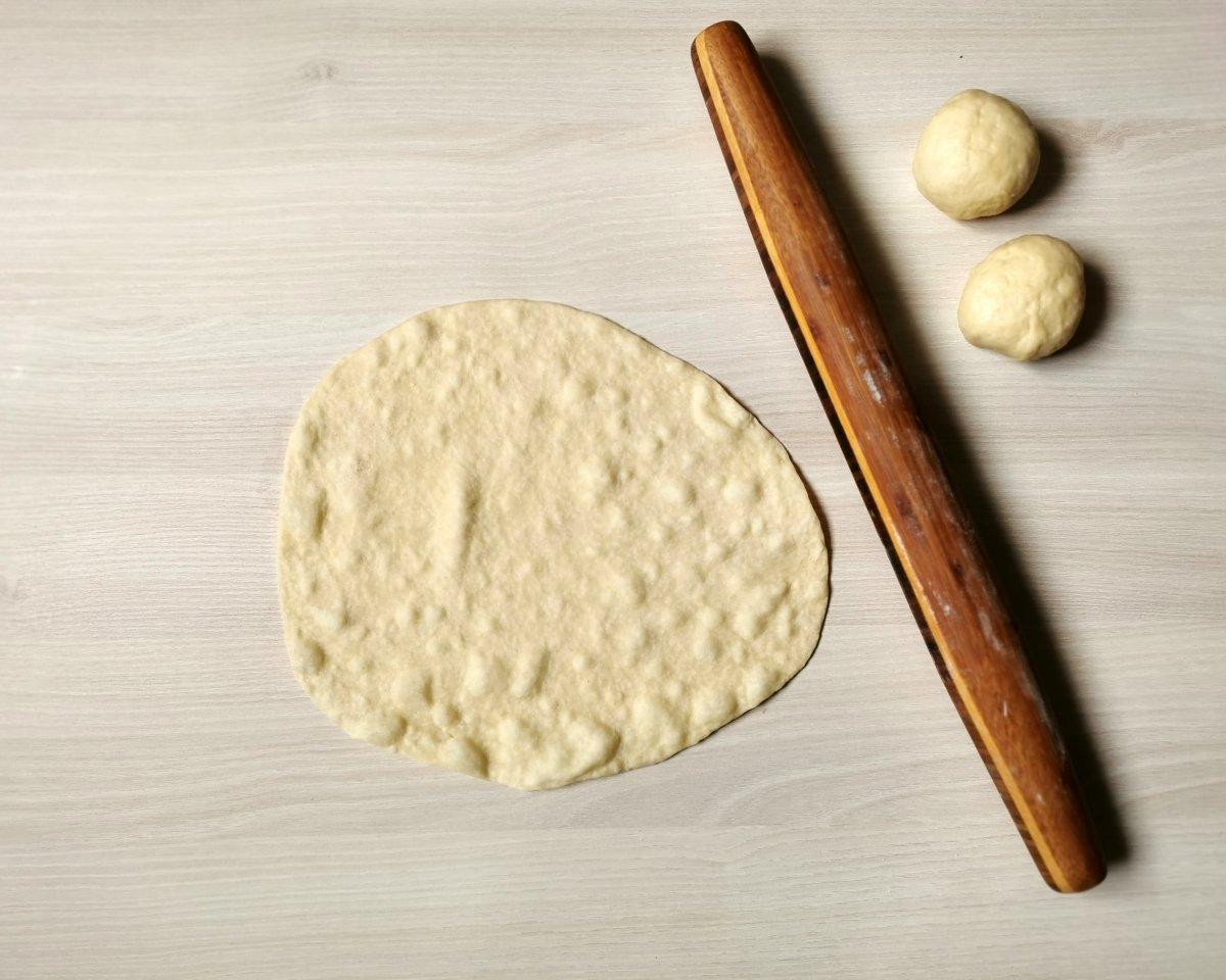 Cuando el pan empieza a burbujear y por el otro lado tiene pintitas es hora de darle la vuelta.