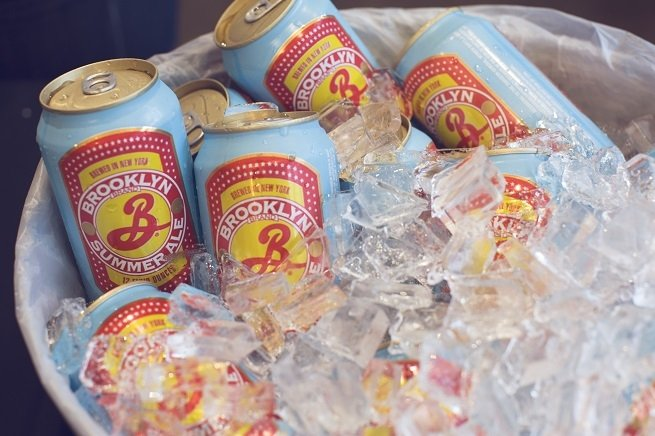Cubo de latas enfriándose con hielo