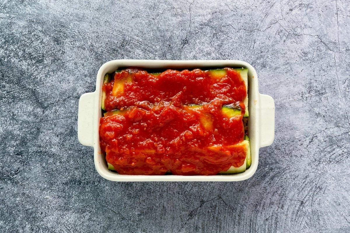 Cubrir con salsa de tomate casero