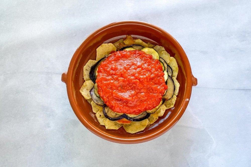 Cubrir con una capa de tomate frito casero
