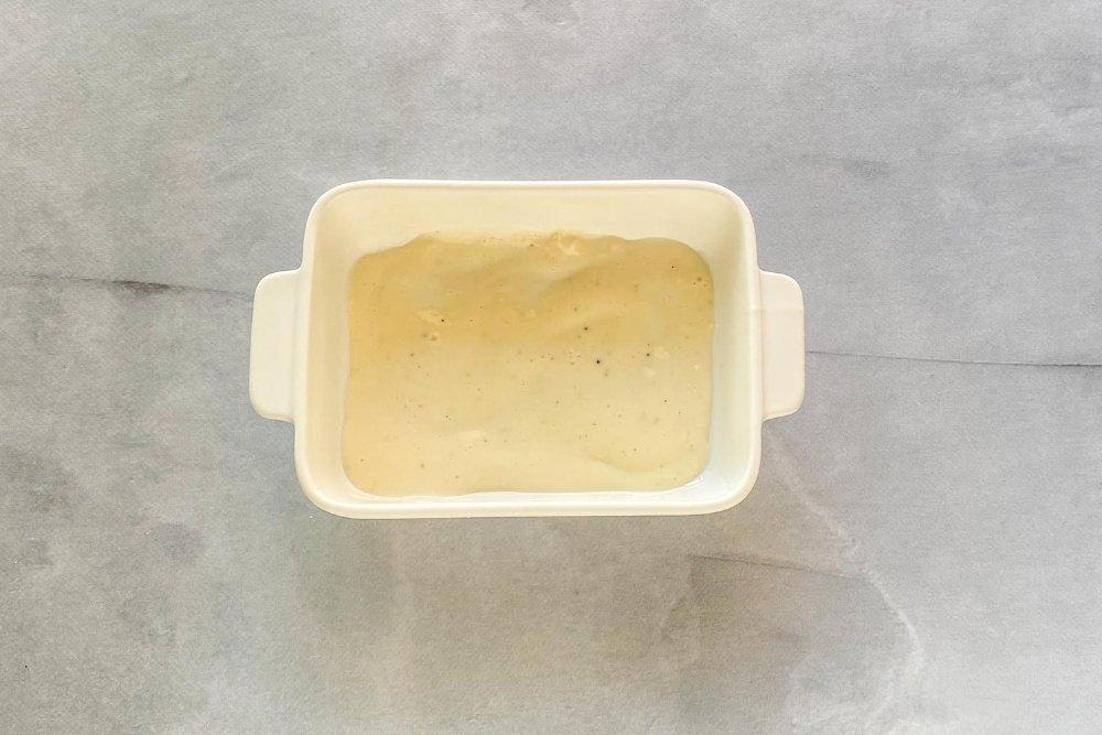 Cubrir el fondo del molde con salsa bechamel