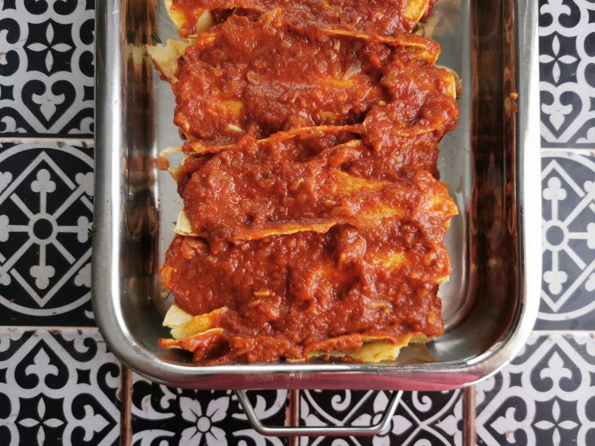 Cubrir las tortillas rellenas con la salsa enchilada