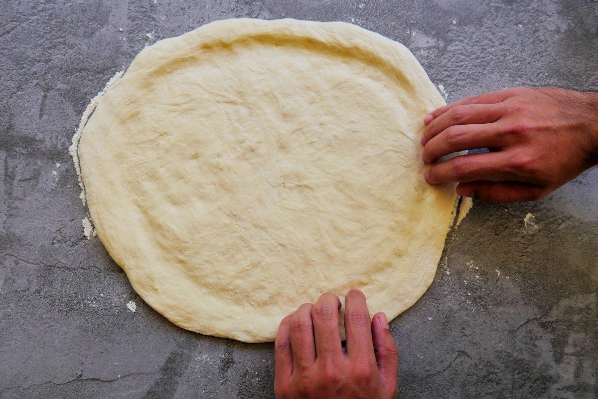 Dar forma a la pizza