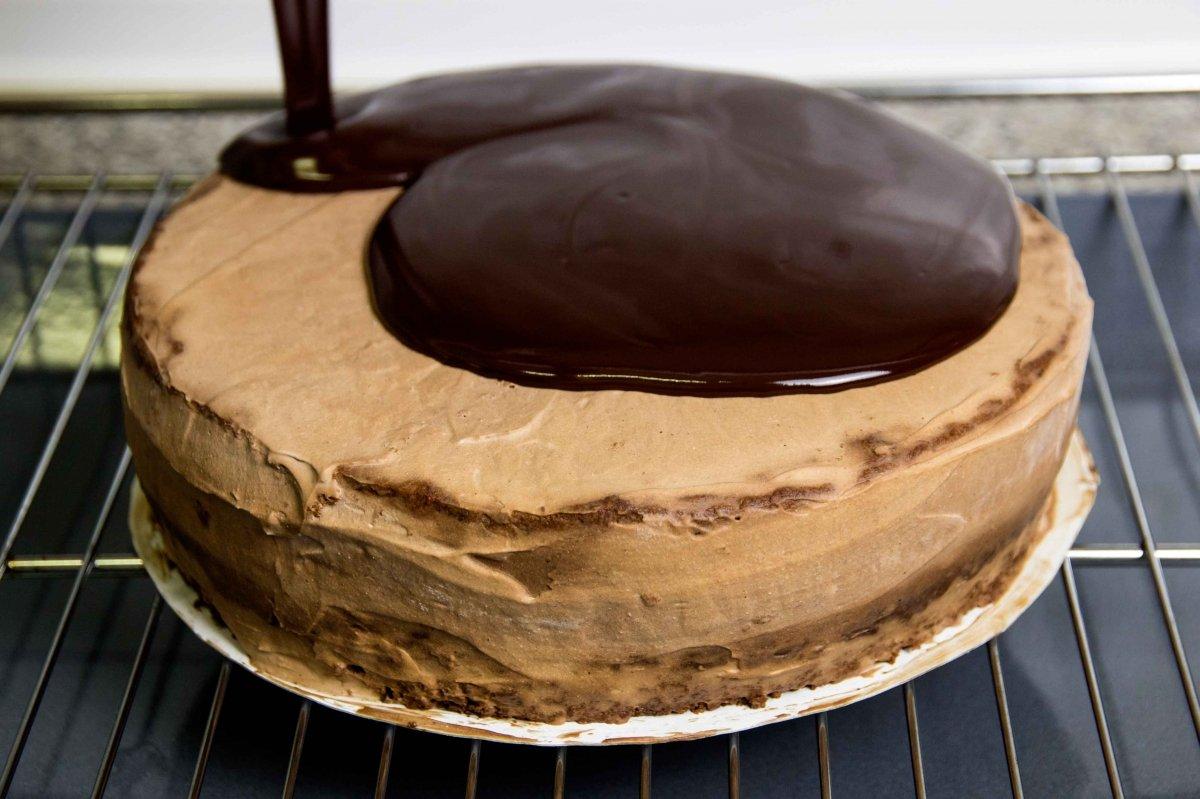 Dar la cobertura de chocolate a la tarta Sacher