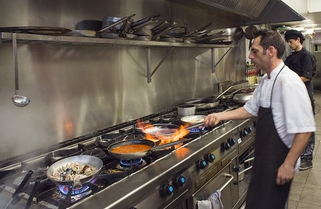 Darío, el jefe de cocina, a los fogones