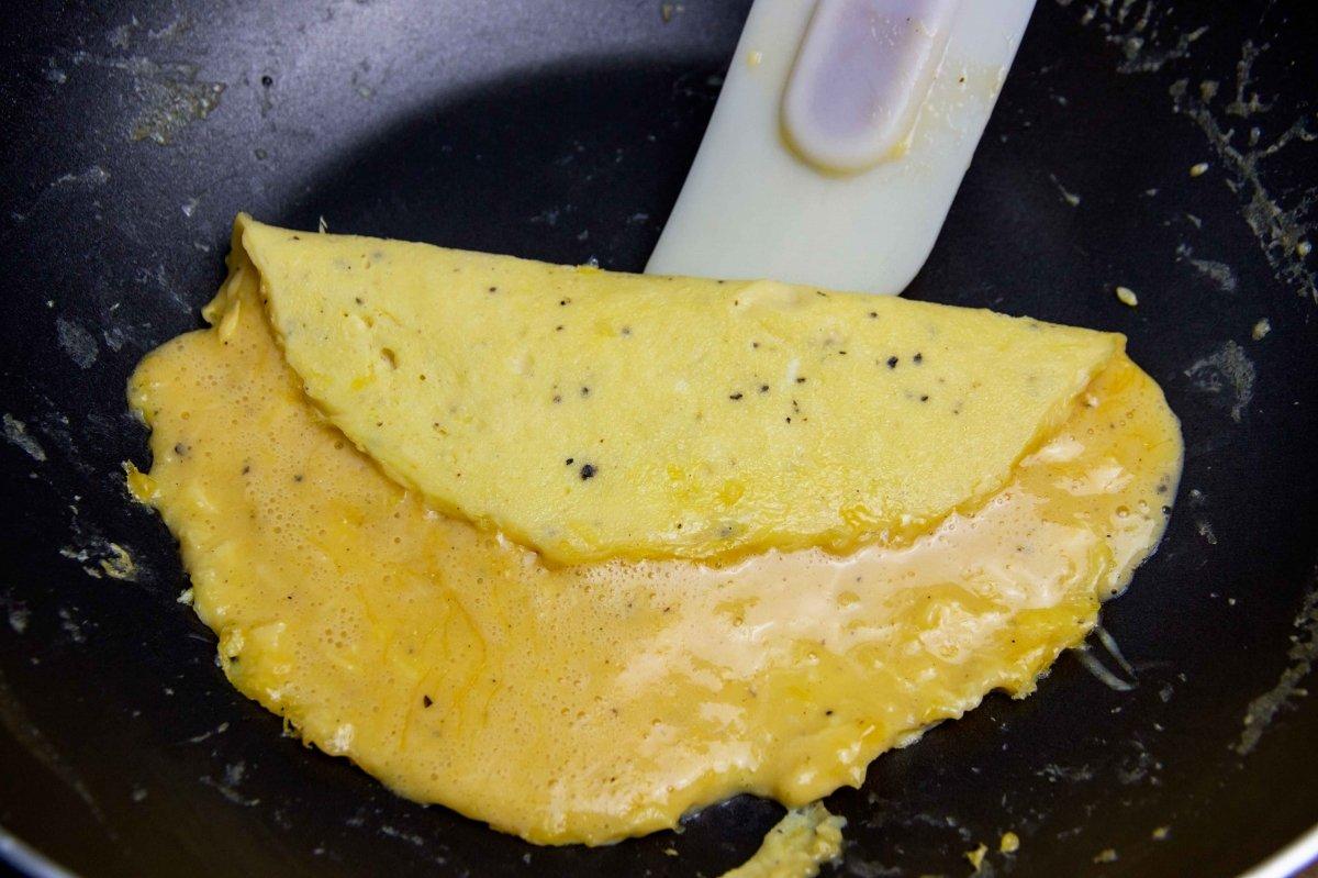 Darle forma y cerrar la tortilla francesa