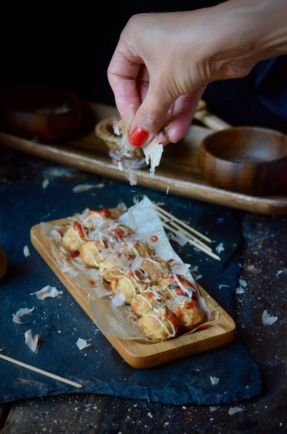 Decorando bandeja de takoyaki con escamas de bonito