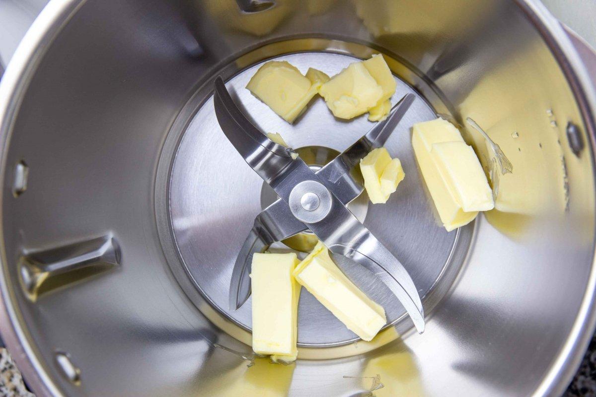 Derretir mantequilla para hacer las croquetas liquidas de torta del Casar