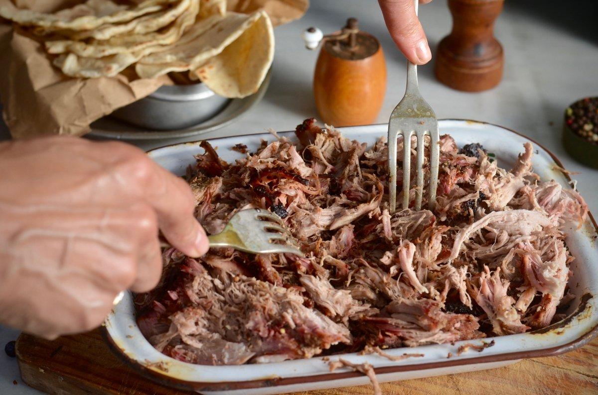 Desmigando la carne con tenedores