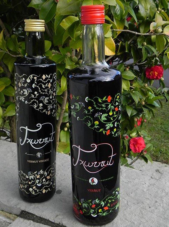 Detalle de dos botellas de vermut Txurrut