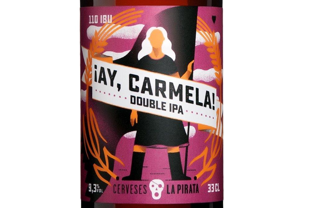 Detalle de la botella de ¡Ay, Carmela! sobre fondo blanco