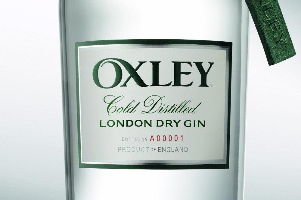 Detalle de la botella de la ginebra Oxley