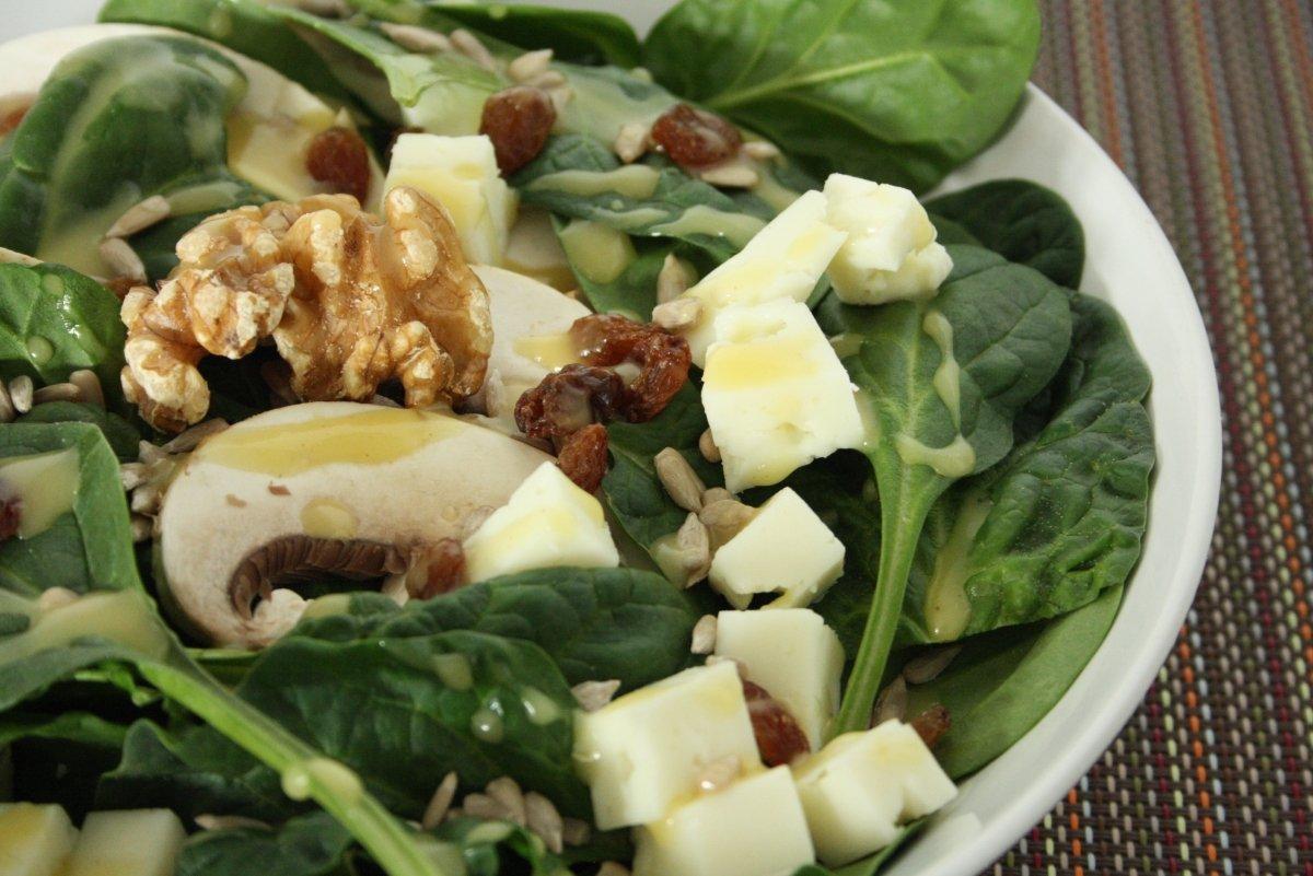 Detalle de la ensalada de espinacas