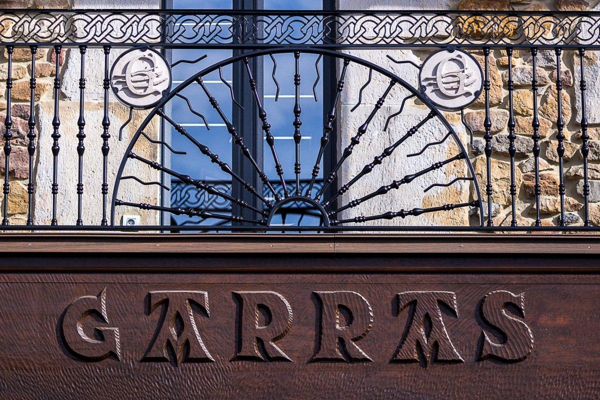 Detalle de la fachada del restaurante Casa Garras