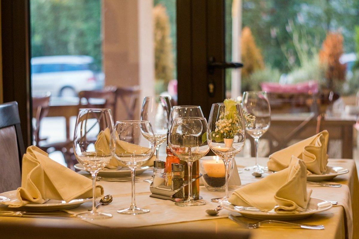 Detalle de la mesa de un restaurante de alta cocina