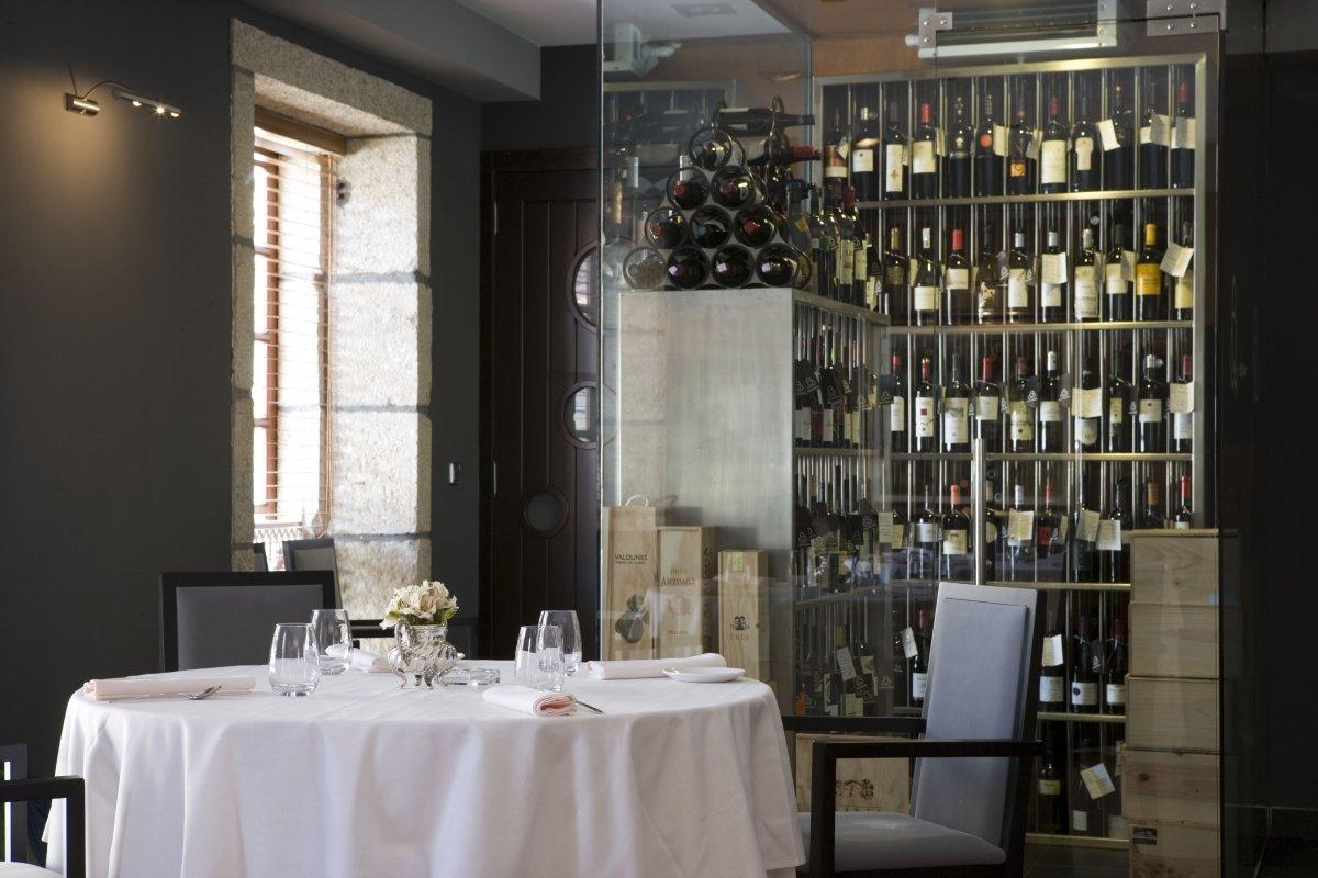Detalle de la sala con la bodega al fondo del restaurante Yayo Daporta