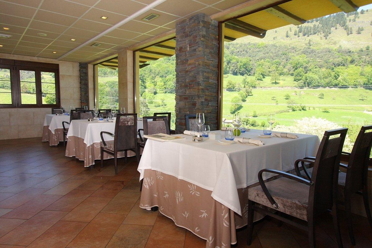 Detalle de la sala del restaurante Solana con vistas al valle