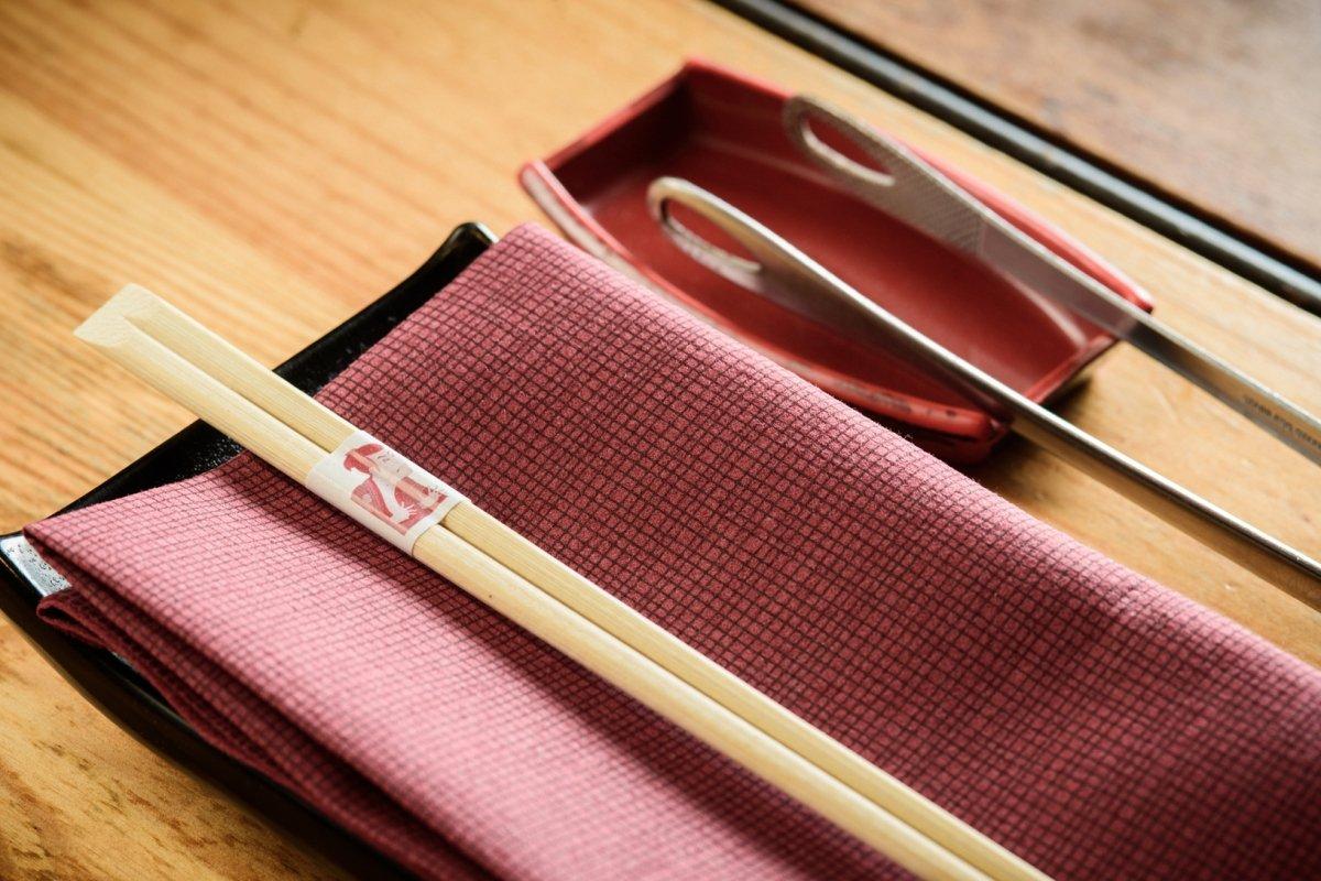 Detalle de las mesas del restaurante Carlota Akaneya