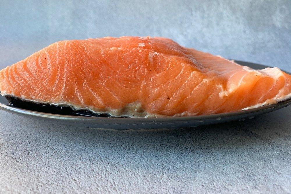 Detalle de salmón para marinar