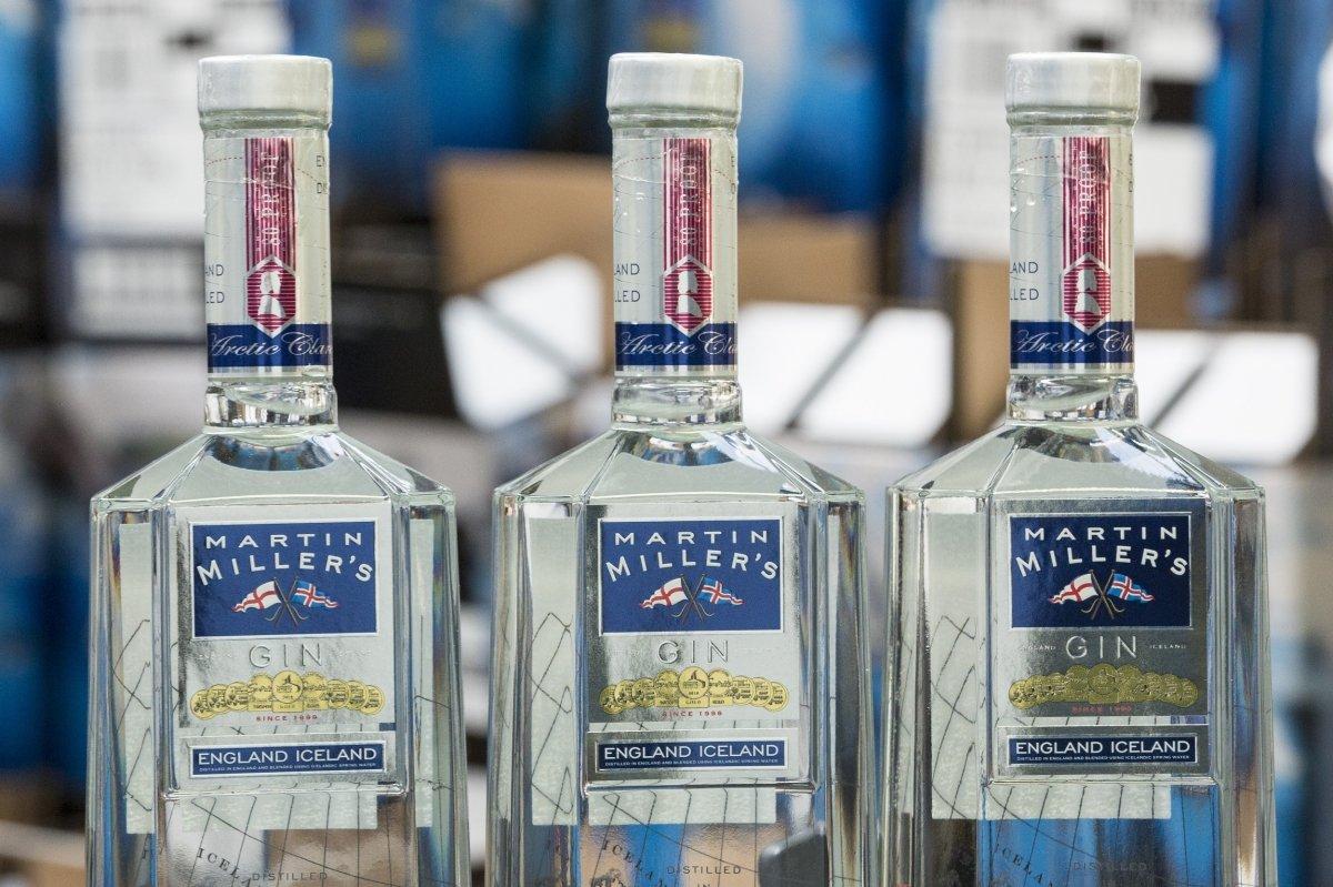 Detalle de tres botellas de Martin Miller's