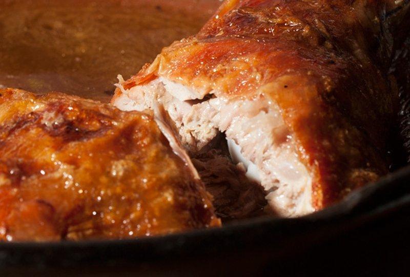 Detalle de un lechazo asado de La Botica de Matapozuelos