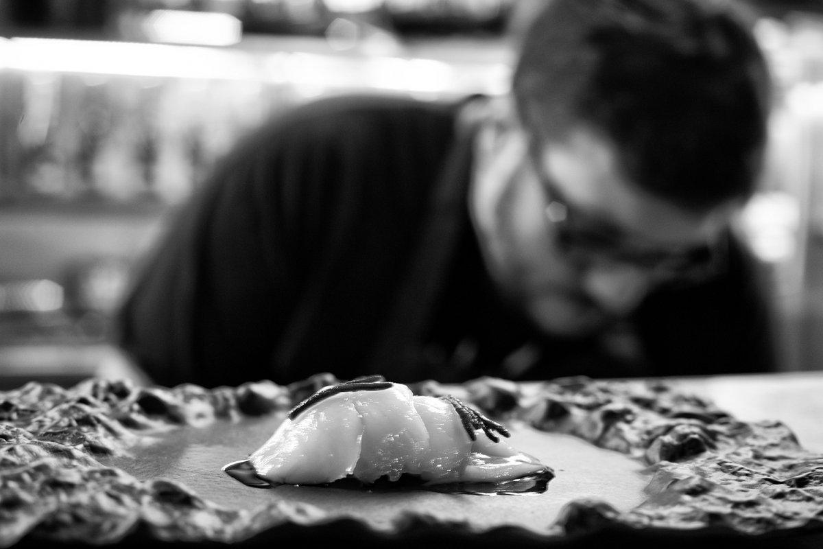 Detalle de un plato con Pablo Pizarro al fondo