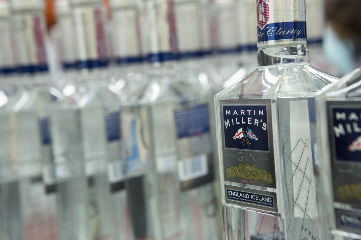 Detalle de una botella de la ginebra Martin Miller's