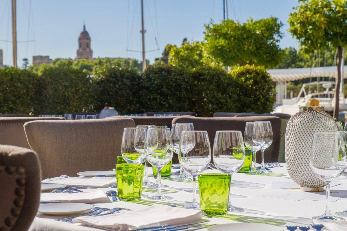 Detalle de una mesa de la terraza del restaurante José Carlos García