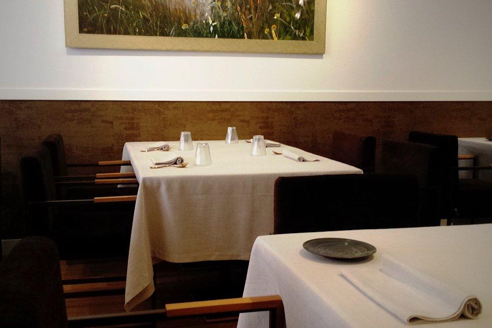 Detalle de unas mesas de la sala del restaurante Trivio
