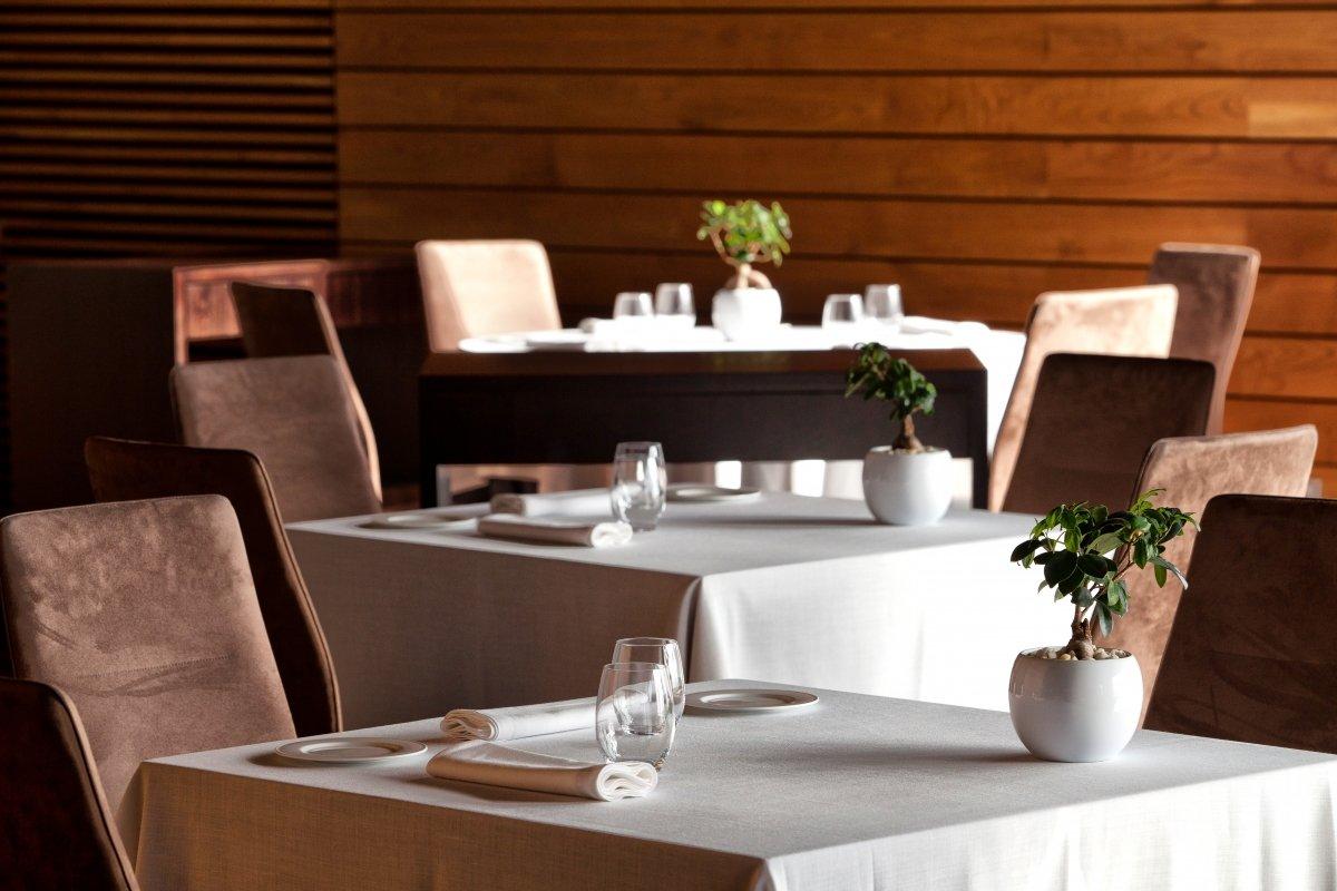 Detalle de varias mesas del restaurante Alborada