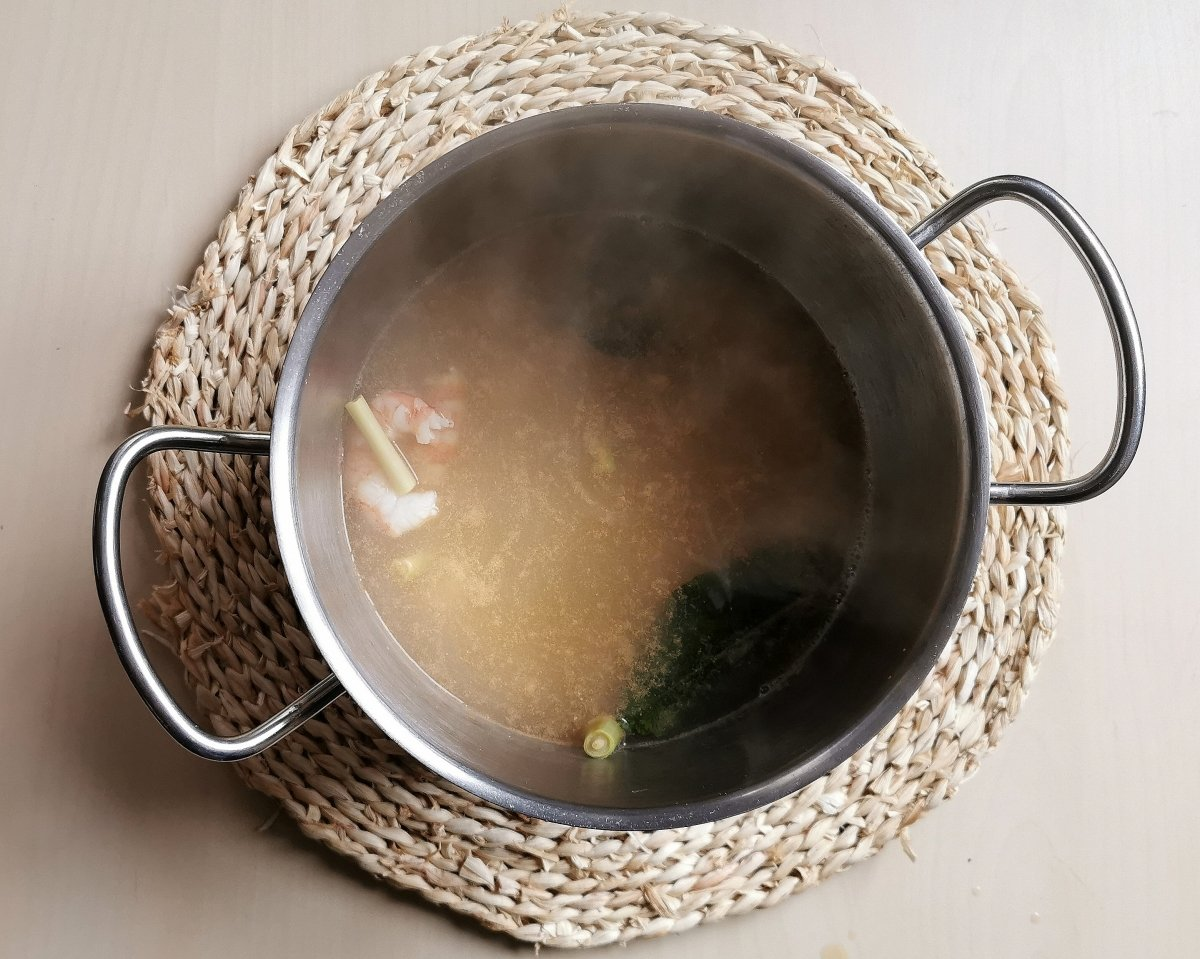 Devolver el caldo al cazo, llevar a ebullición, y añadir los otros ingredientes