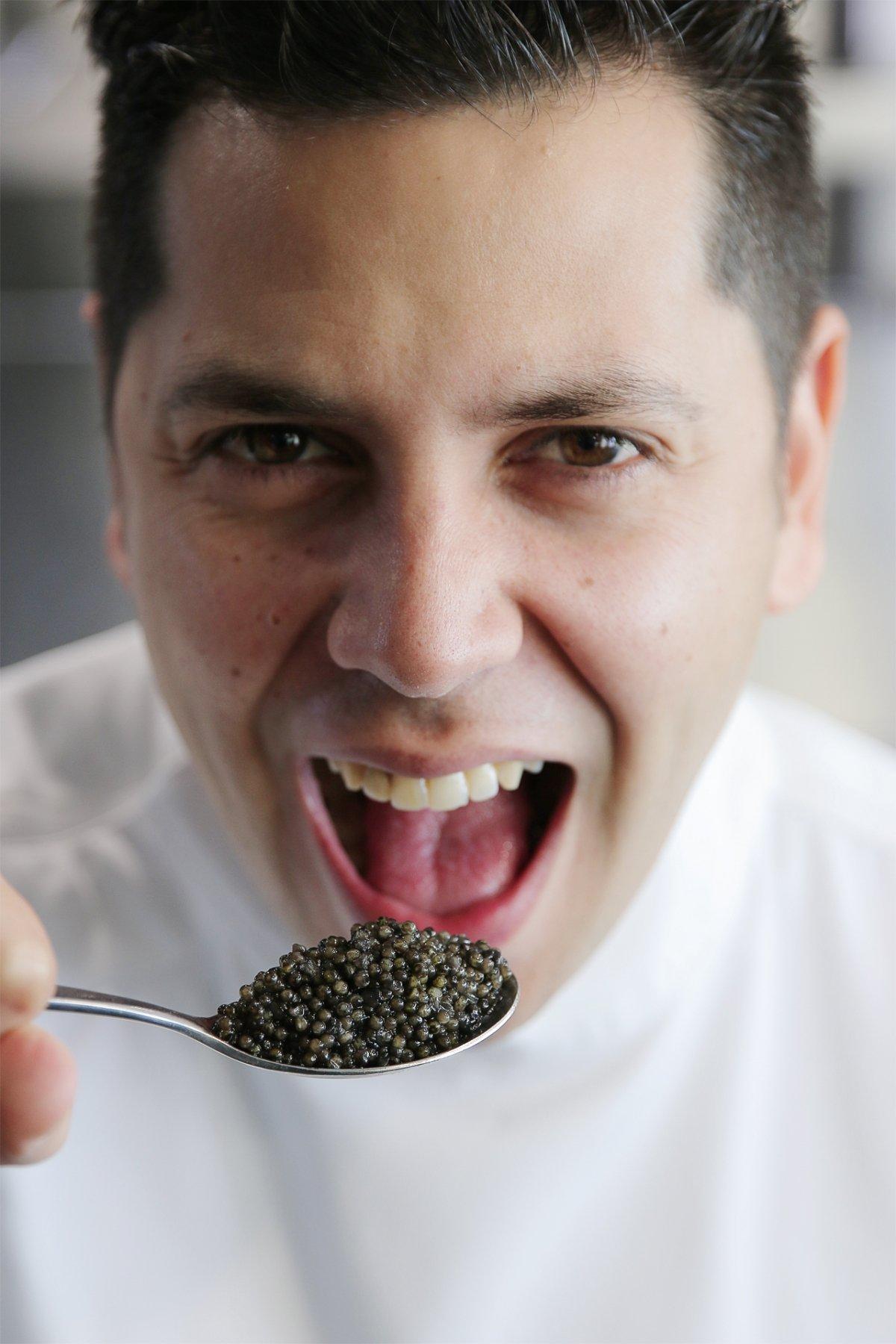Diego Gallegos con una cucharada de caviar
