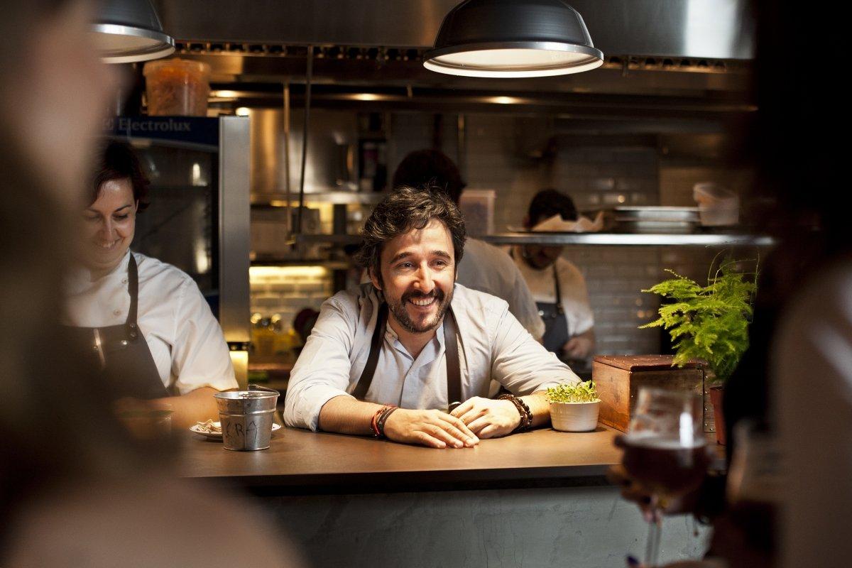 Diego Guerrero asomado desde la cocina del restaurante DSTAgE