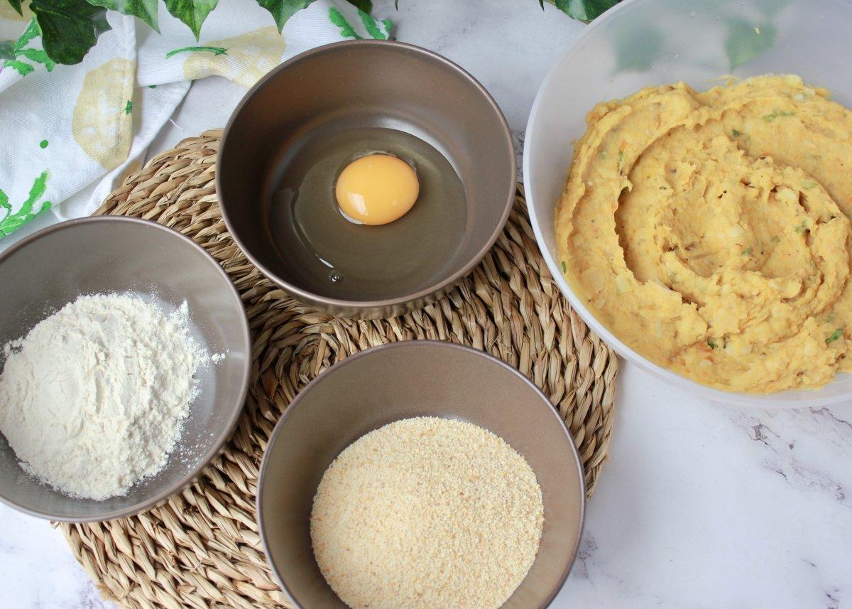 Disposición de los ingredientes necesarios para rebozar las croquetas de garbanzos