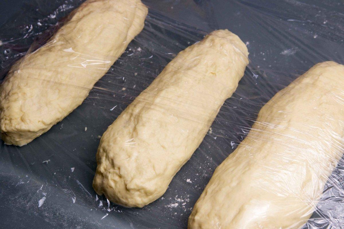 Dividir la masa para el pan Challa en tres porciones iguales y dejar reposar de nuevo