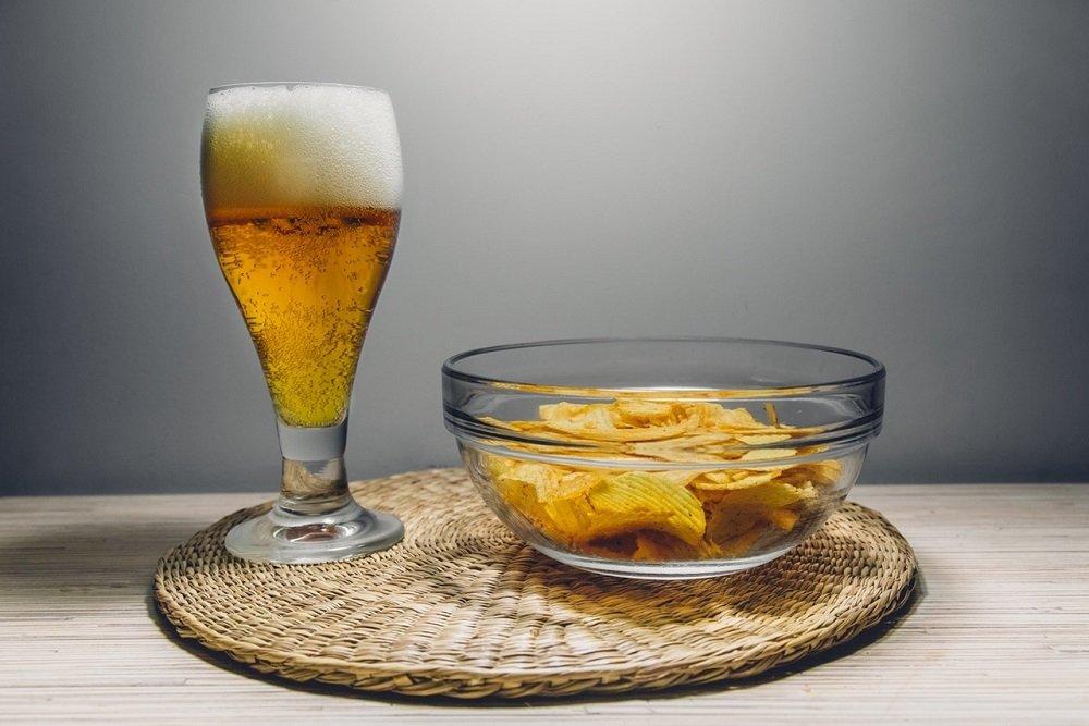 Doble de cerveza acompañada por unas patatas fritas