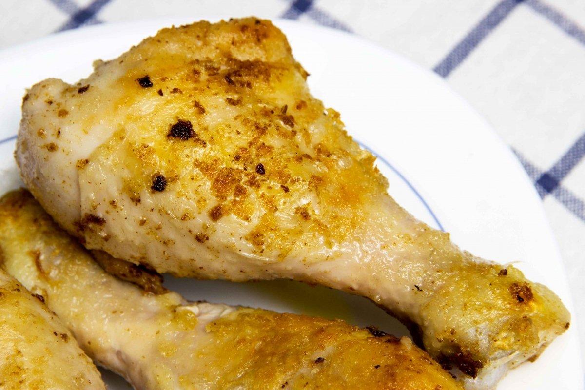 Dorar el pollo en una sartén y reservar