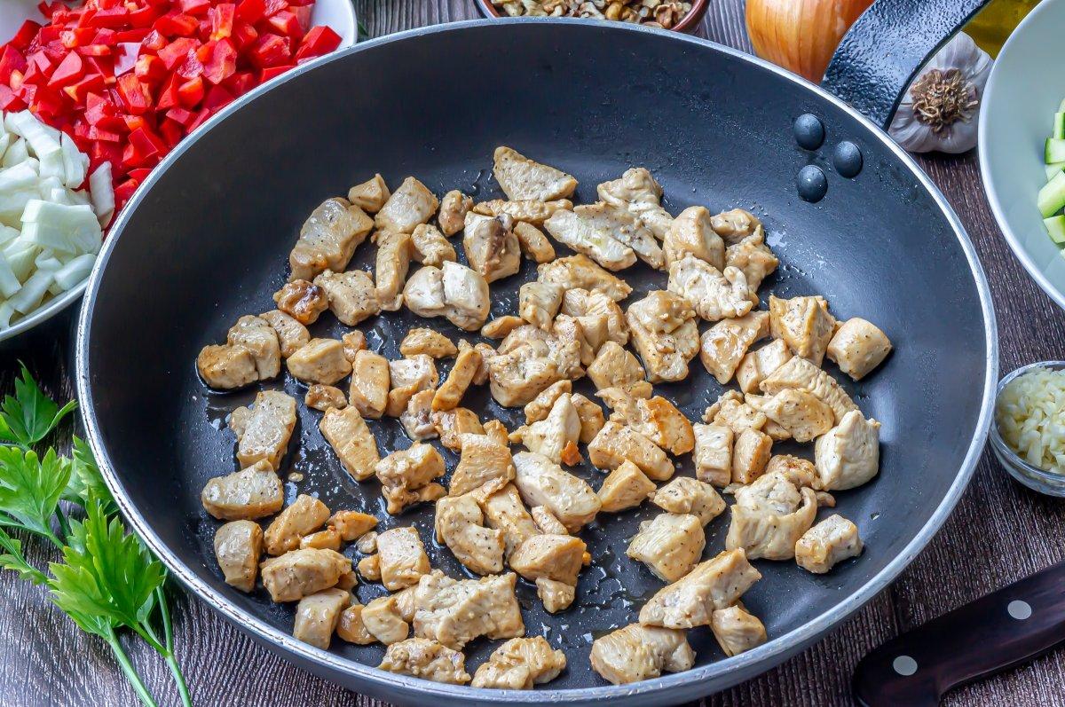 Dorar el pollo mientras se cuece la quinoa