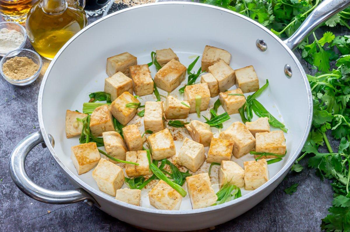 Dorar el tofu para hacerlo con verduras