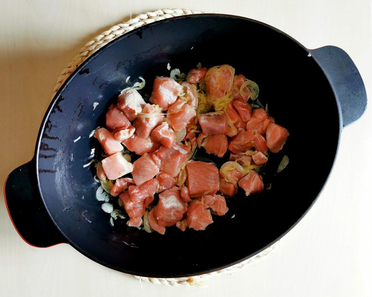 Dorar la carne de cerdo en la cazuela.