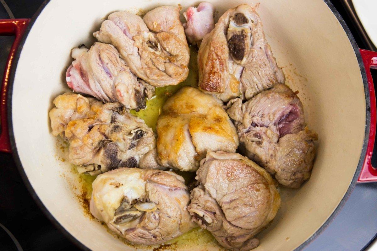 Dorar la carne para el estofado de cordero