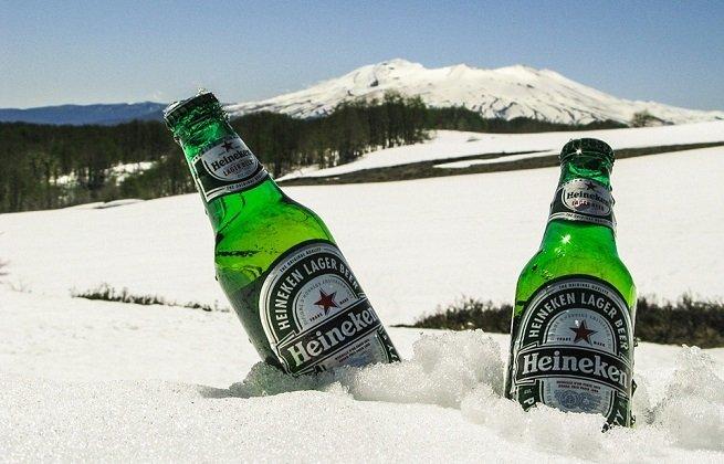 Dos botellas de Heineken sobre un fondo nevado