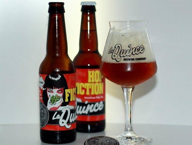 Dos botellas de La Quince Hop Fiction y un vaso de la misma