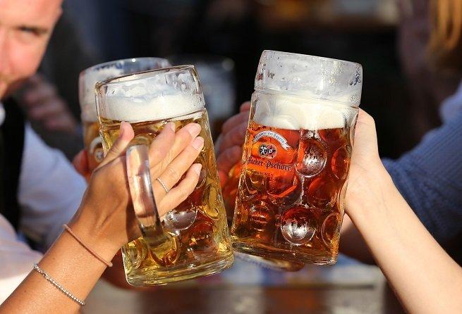 Dos jarras de cerveza märzen típica de la Oktoberfest