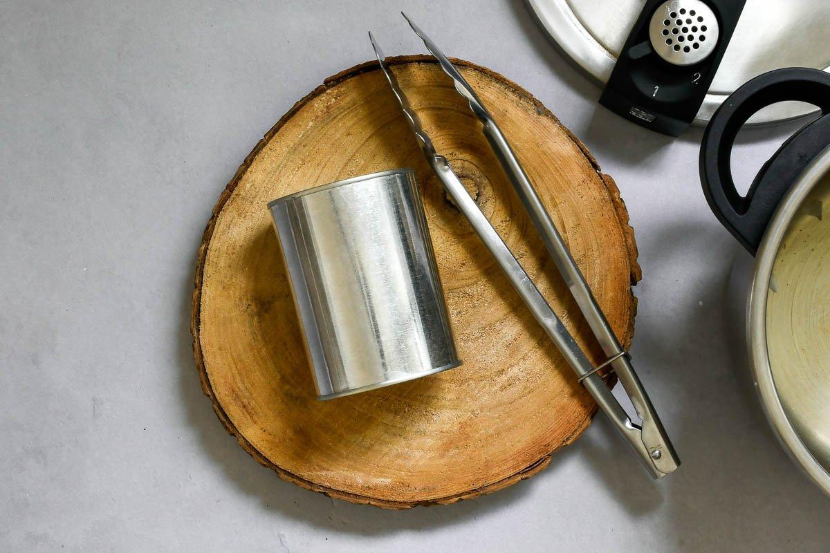 Dulce de leche exprés: retirar la lata con pinzas para no quemarse