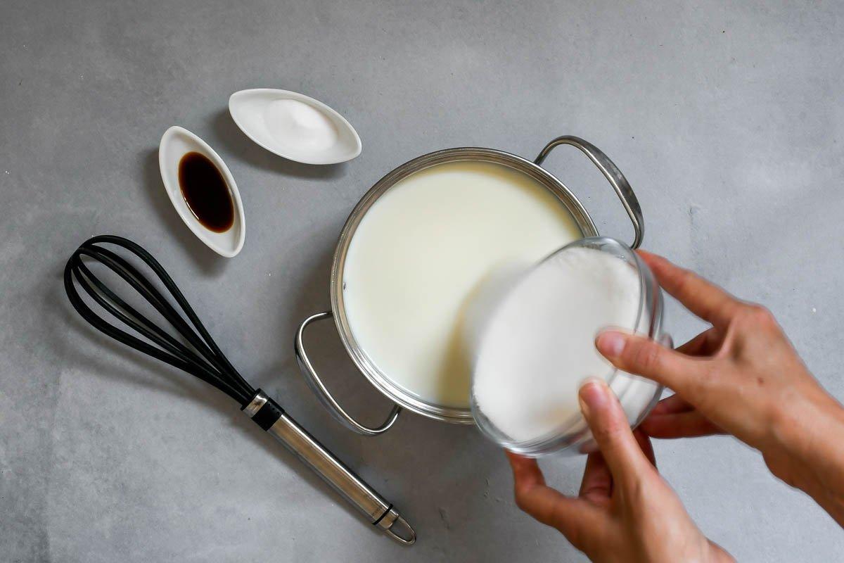 Dulce de leche tradicional: mezclar la leche con el azúcar